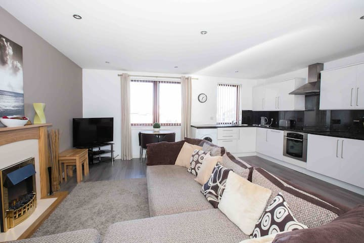 Central 2 Bedroom Apartment with Private Parking