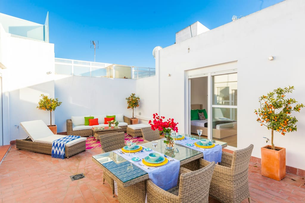 Decorated throughout in bright, Andalusian colours, this comfortable apartment is the ideal base for those looking to explore one of Spain's most beautiful and historic cities.