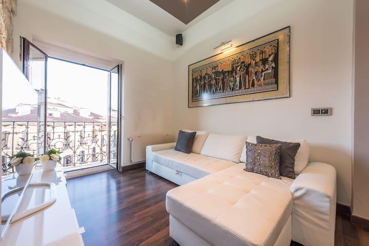 Living room view & balcony / Salón y balcón
