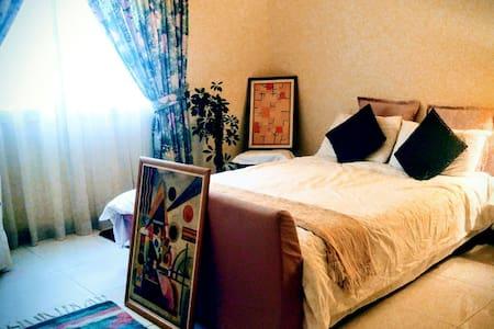 En-Suite Bedroom in Umm Suqeim Villa - Dubaï