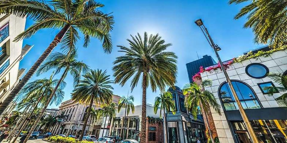 EXCELLENT BEVERLY HILLS LIVING W/PARKING BY RODEO