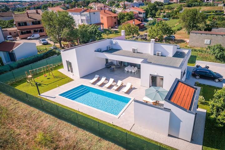 Moderna vila s bazenom