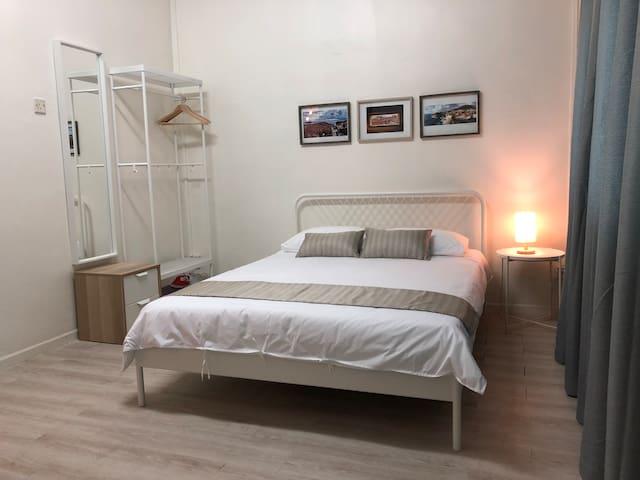 Bedroom with Queen Bed and en-suite Bath