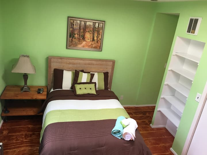 Green Rm,4 bdrm House Medical & Professional ONLY