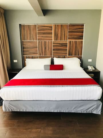 Minimalist w/ 1King Size Suite. super Location