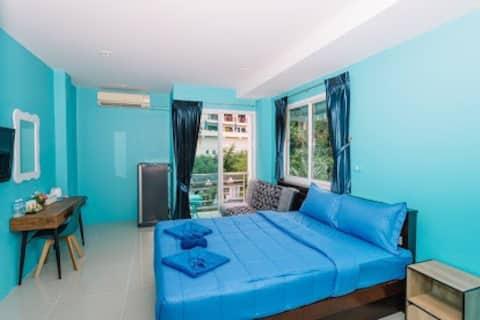 芭东海滩,近711,购物出行方便,有洗衣房,有电梯,房间有阳台,配套齐全,长租优惠