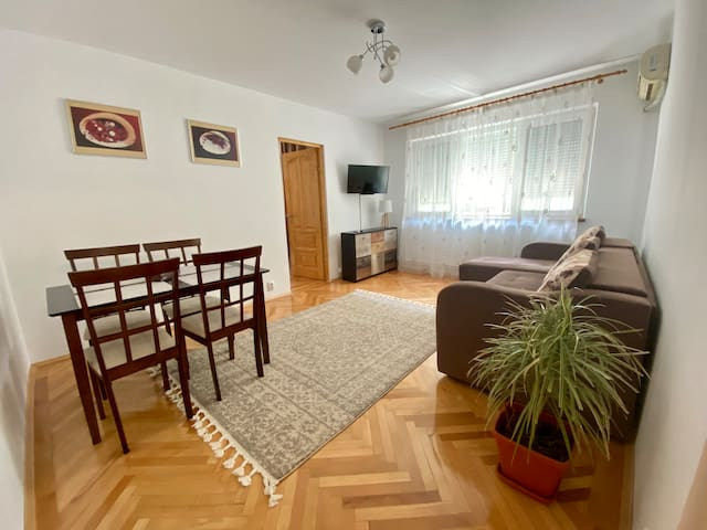 Cozy wooden apartment - 10' drive to the beach