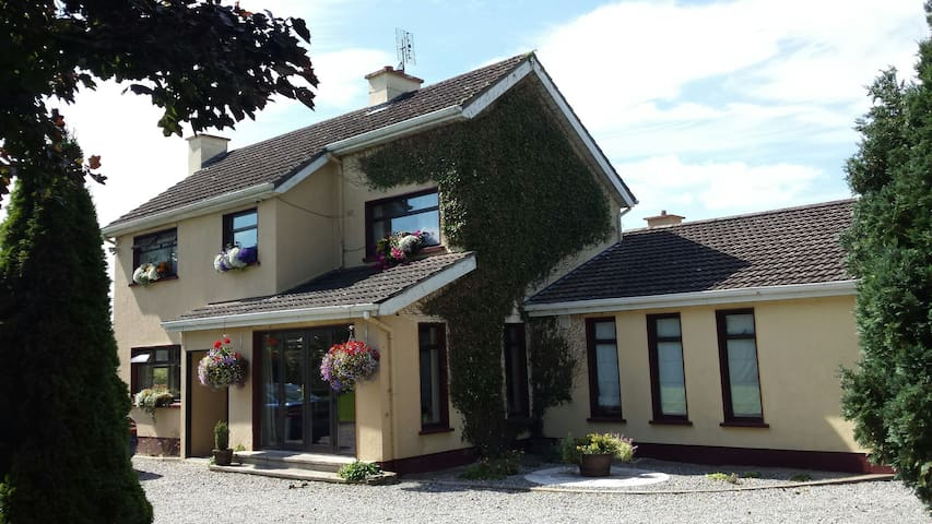 Pet Friendly country living in town - Killeigh - Casa