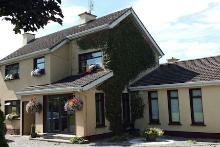 Pet Friendly country living in town - Killeigh - Hus