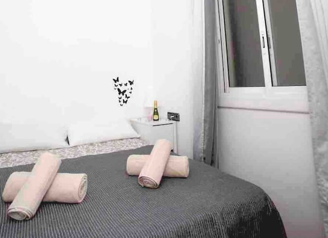 COZY ROOM FOR 2 PERSONS IN THE HEART OF BARCELONA!