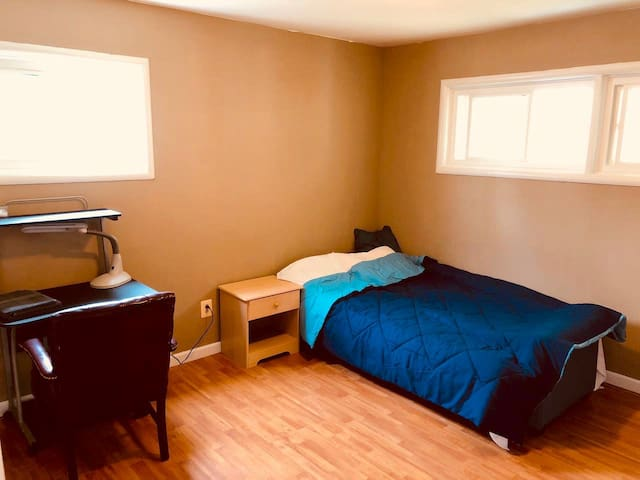 Restful Bedroom 16 Min Walk from Rockville Metro