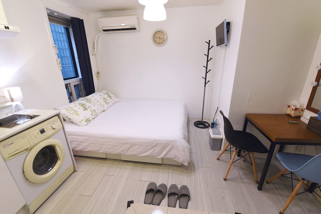 The room is not quite big but all equipped and cozy / 방이 그리 크지는 않지만, 모든것이 갖추어져 있고 편안합니다