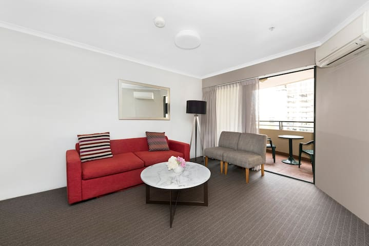 Stay in ❤️ of Canberra w pool, gym+free parking!