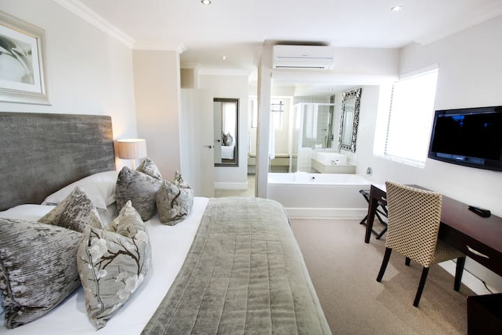 Family Suite In The Heart of Hermanus