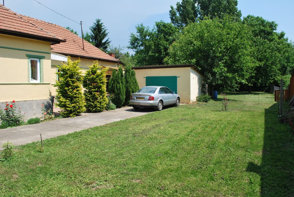 A large garden of 1000 m2 to enjoy the quietness of the village