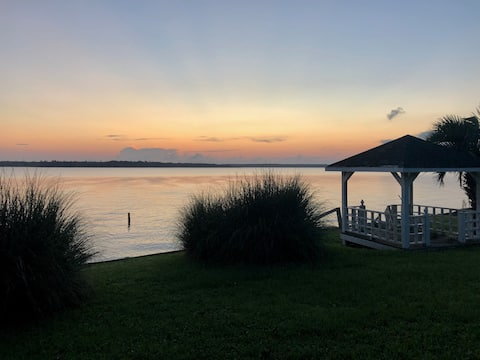 Entire house - BEAUTIFUL VIEWS! WATERFRONT home