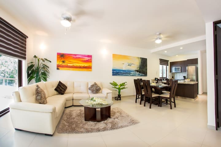 Deluxe tropical 2 bdr. condo with resort amenities