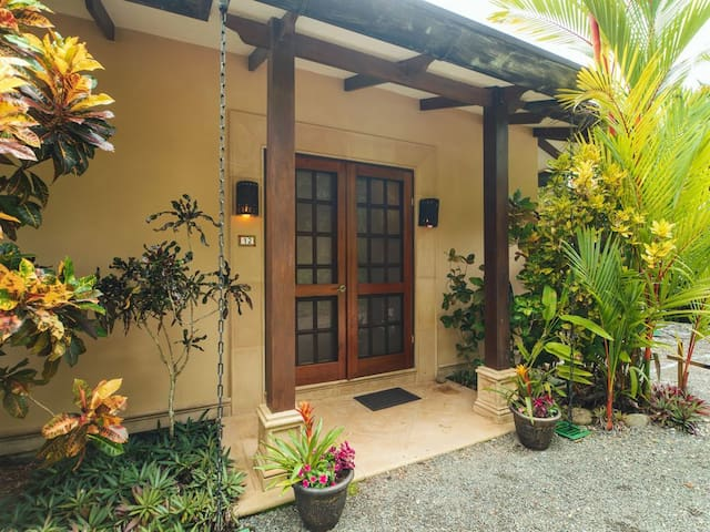 Ocean view villa w/ pool in Dominicalito for 6