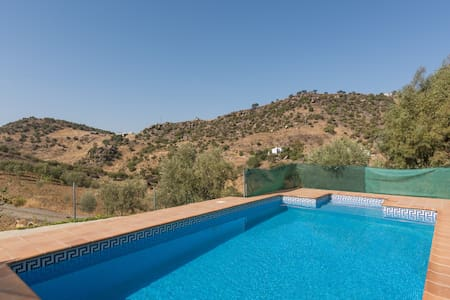 Private house with pool, in hidden valley - Álora