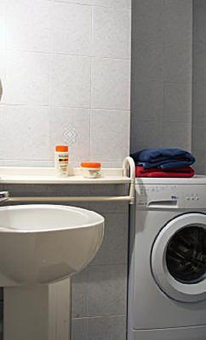 Bagno con lavatrice e box doccia