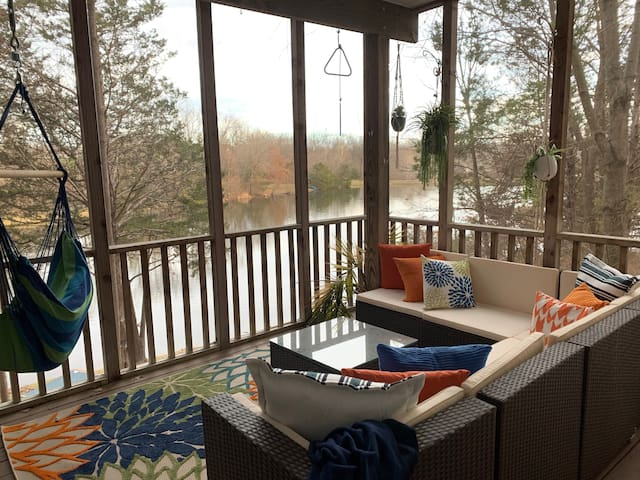 Lakeside Cottage Guest Suite close to everything!