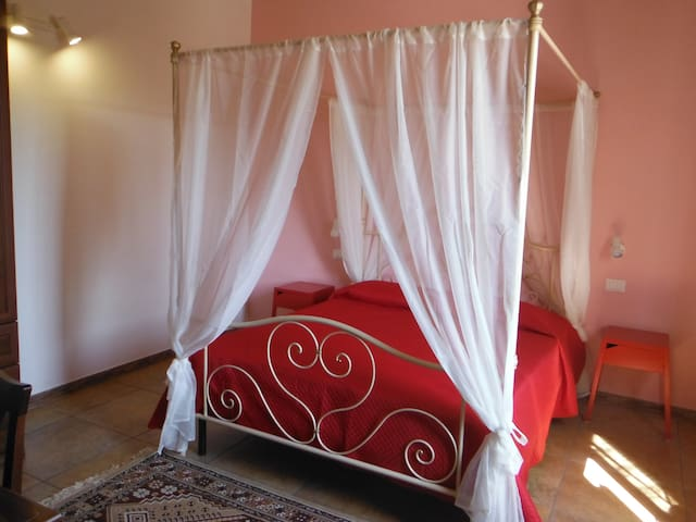 Camera da letto matrimoniale con comodini, armadio e scrivania. Dotata di ampia finestra che da sul giardino ad uso esclusivo.