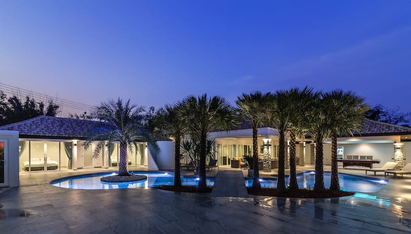 Luxury villa with outstanding pool and garden 301