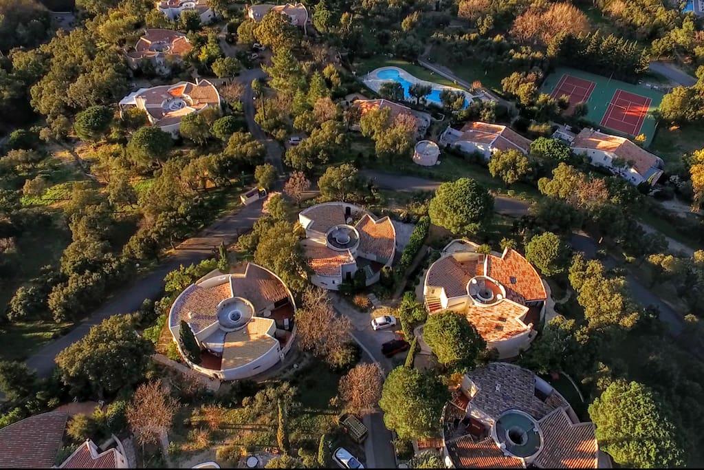 vue aérienne piscine tennis
