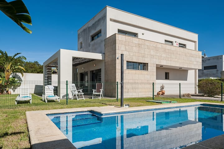 With Pool and Close to the Beach - Casa Toledo