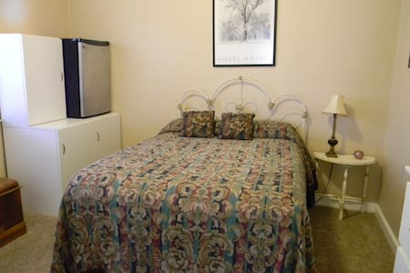 Cozy room for the Yosemite Travelers - Merced - Hus