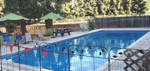 Private Room/Bath in Desirable Neighborhood & Pool