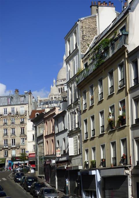 Montmartre vu de l'appartement. Montmartre Sacré-Coeur view from flat
