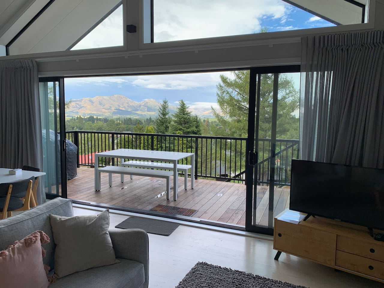 Stunning Mountain Views from Jollies Lodge - Hanmer Springs Townhouse