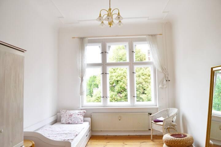 Bright room in Neukölln for woman
