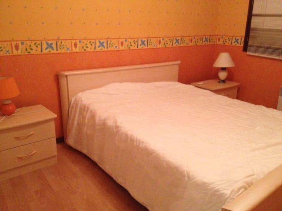 chambre avec placard mural