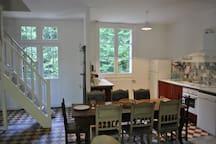 Cuisine, salle-à-manger et accès à la terrasse