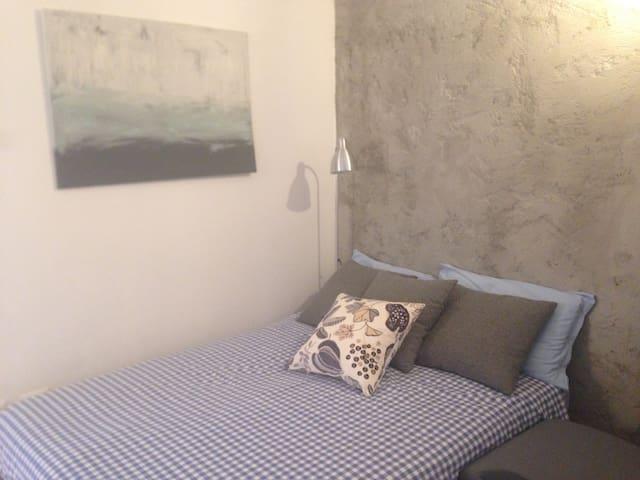 Divano letto aperto zona soggiorno