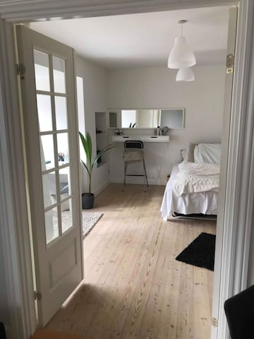 Large bright room - 7 min to downtown