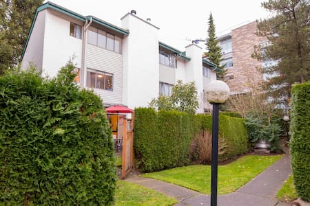 Comfy Form Mattress in a dissent neighbourhood - North Vancouver - Byhus