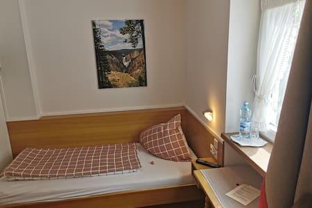 Helles Zimmer im alten Saunahaus