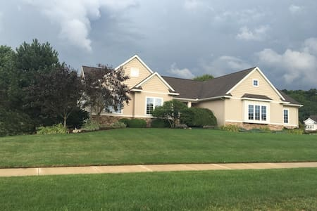 Upstairs suite IMMEDIATE avail. - Hudsonville - Dům