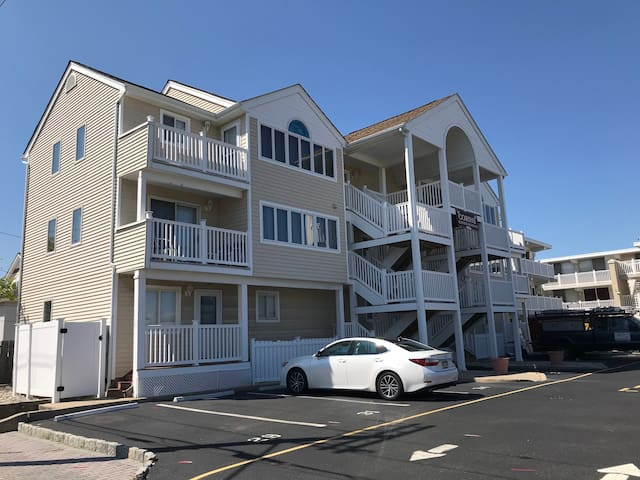 Fantastic 2-bedroom condo 1 block from the beach