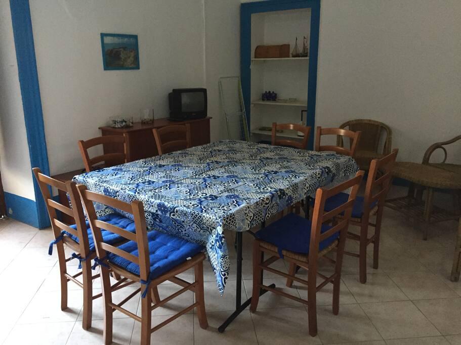 soggiorno pranzo per otto persone