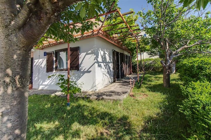 Two Bedroom House, 0m from city center, beachfront in Martinscica - island Cres