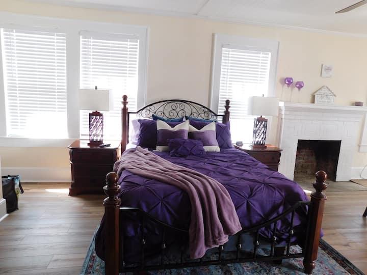 Comfortable Queen Room