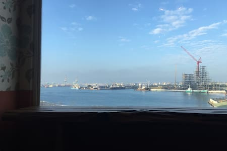 近漢來飯店、漢神百貨、坐看光榮碼頭港景 - 高雄市