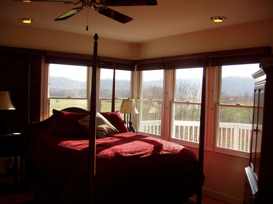 Queen bed with mountain views