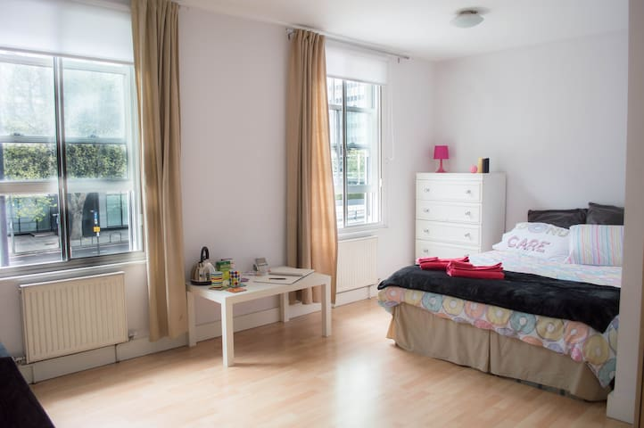 Zone 1 apt - close to station -portable modem WIFI - London  - Flat