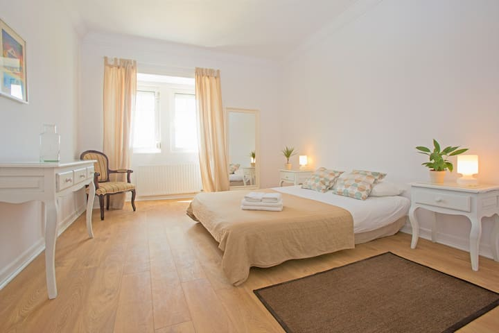 Ericeira center - double room w/ private bathroom