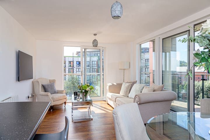 Luxury 2 Bed Central Apartment - W/ Full Balcony!